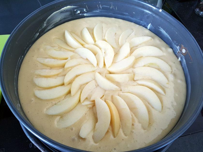Ein Apfelkuchen kommt in Form