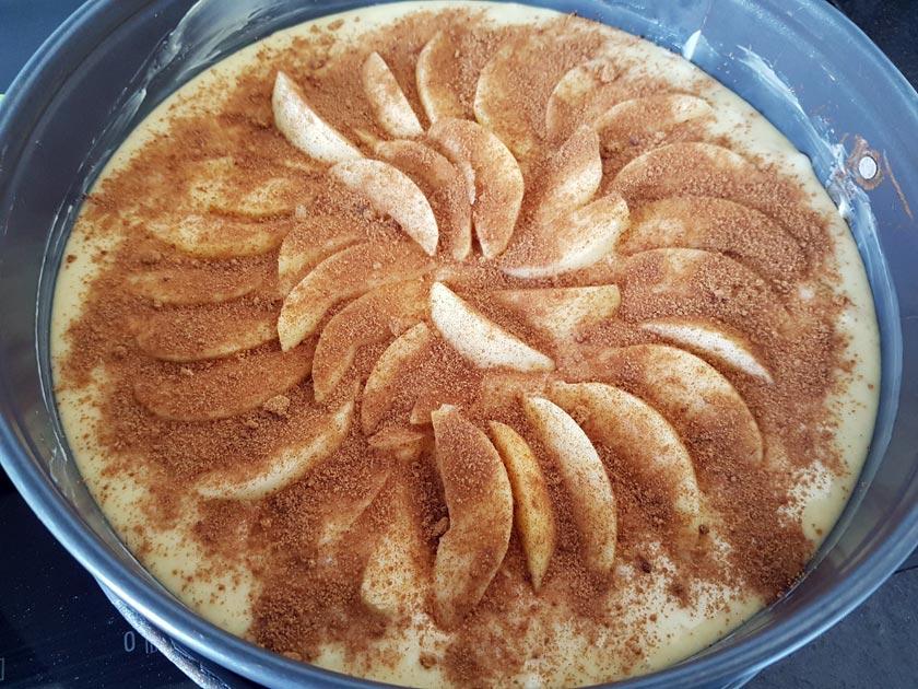 Apfelkuchen mit Zimt und Zucker