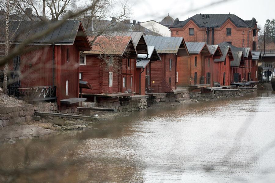 Lagerhäuser entlang des Flusses