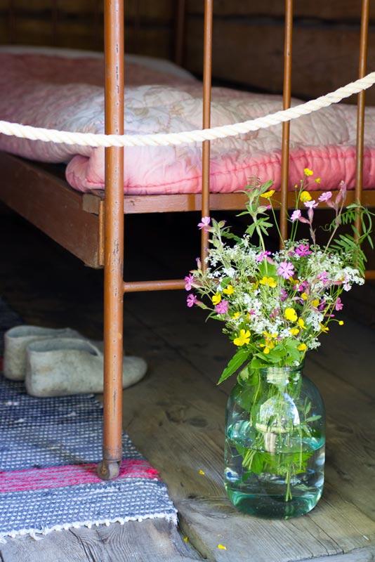 Blumen am Bett