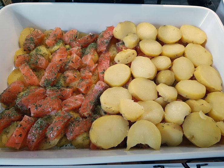 Über den Lachs abermals Kartoffeln schichten