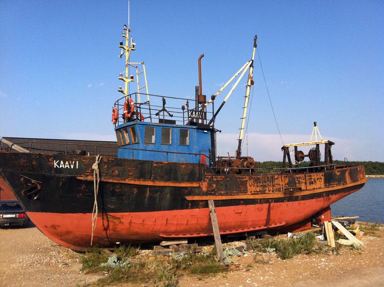 Ausrangiertes Fischerboot im Hafen von Kalana. Ein Klasse-Klettergerüst für Groß und Klein.