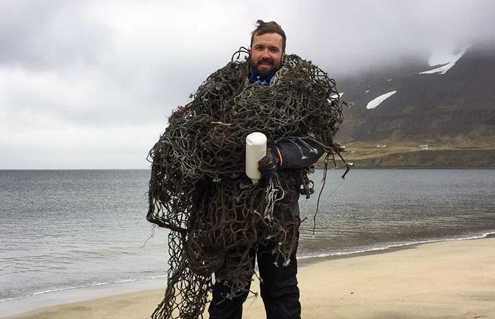 Freiwilliger sammelt Müll vom Strand