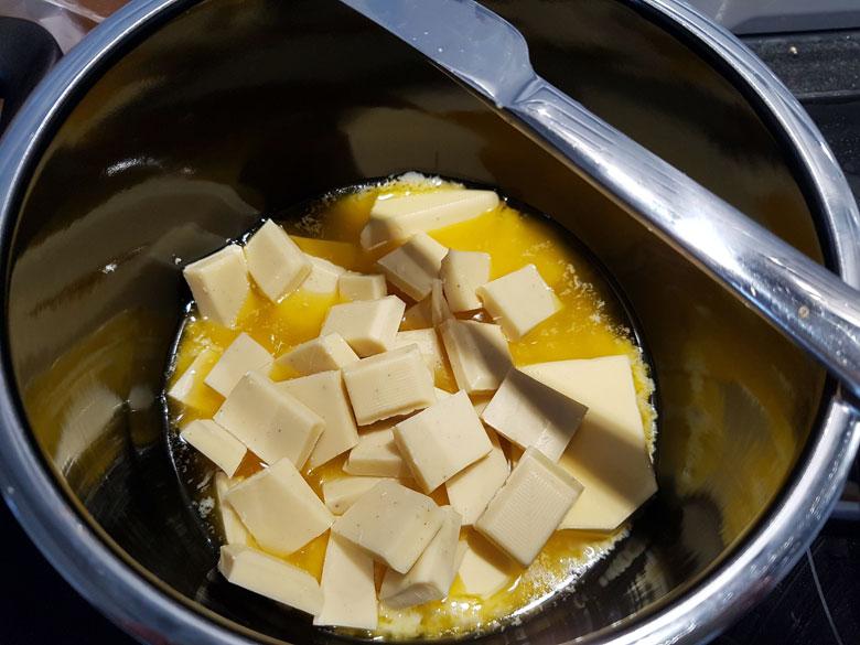 Rezept: Weiße Schokolade mit Butter schmelzen