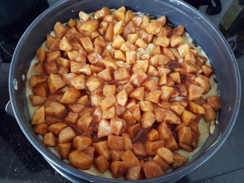 Äpfel zuletzt auf dem Kuchen verteilen