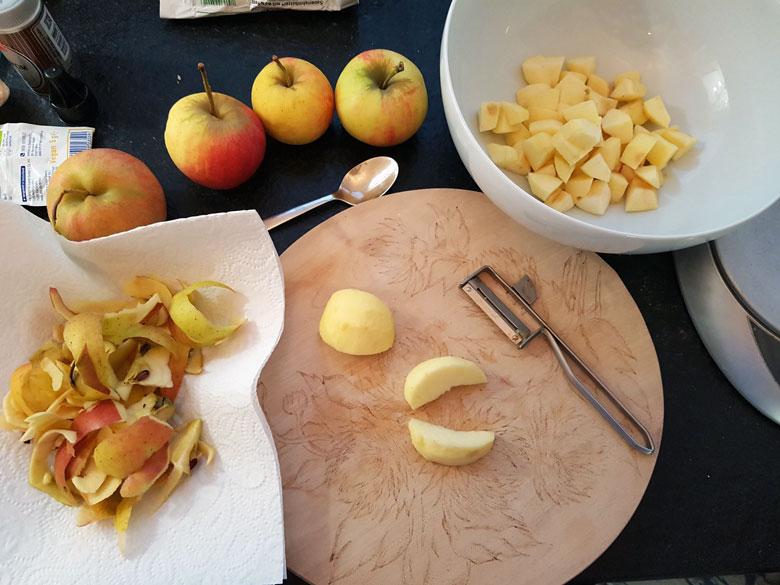 Äpfel schälen und würfeln