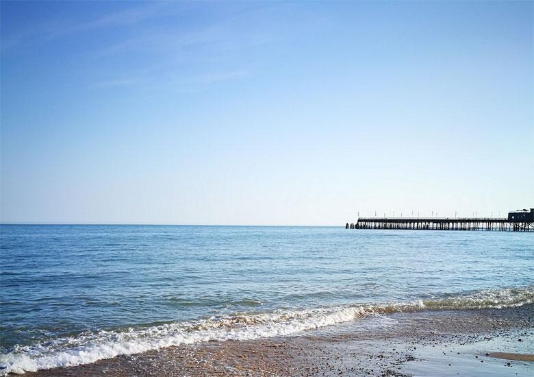 Im Hintergrund der Pier von Hastings