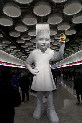 In Tapiola begrüßt eine überdimensionale Figur die Fahrgäste