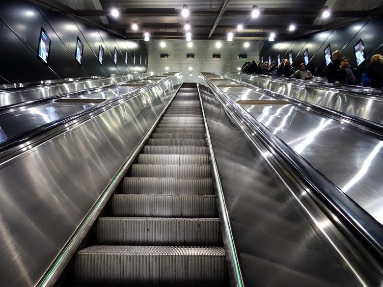 Rolltreppe aufwärts in der Hilsinki Metro
