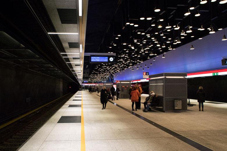 Warten auf die Metro - Sie kam mit einer Verpsätung von einem Jahr, drei Monaten und drei Tagen