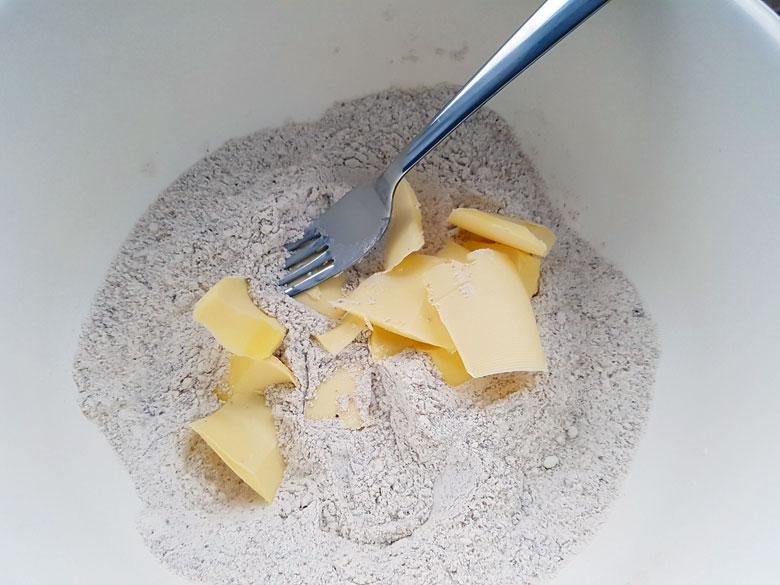 Kalte Butterwürfel mit einer Gabel unterarbeiten