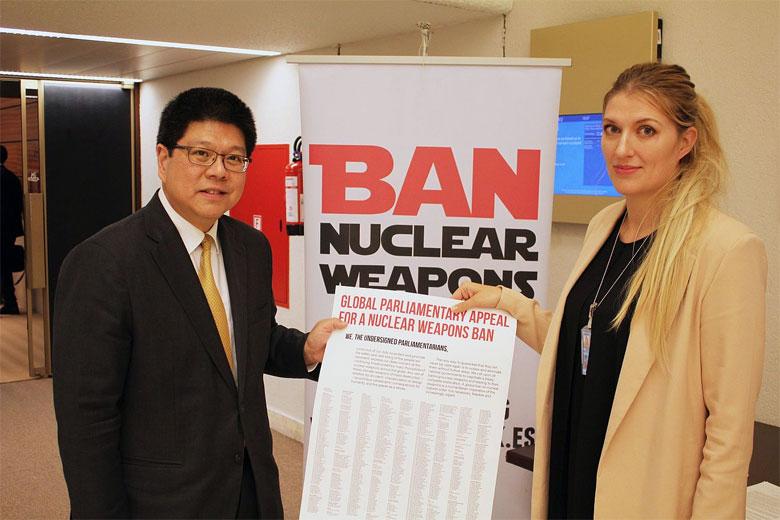 Beatrice Fihn und Thani Thongphakdi