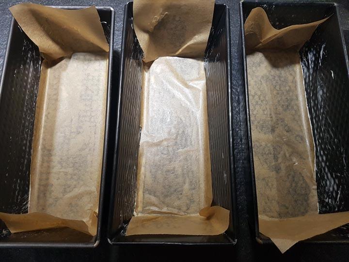 Formen mit Backpapier auskleiden