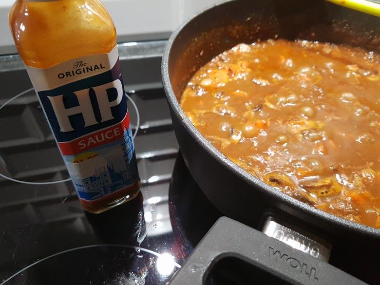 Kräuter und braune Soße von HP hinzu, köcheln