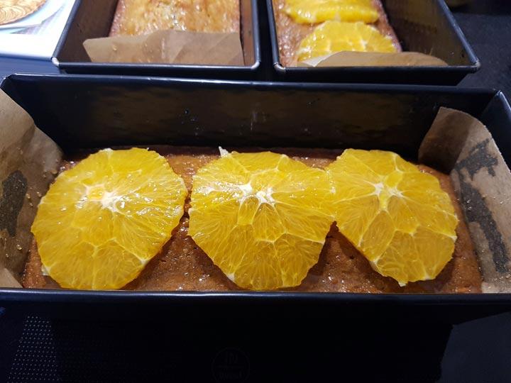 Karottenbrot mit Orange mit Honig bestreichen