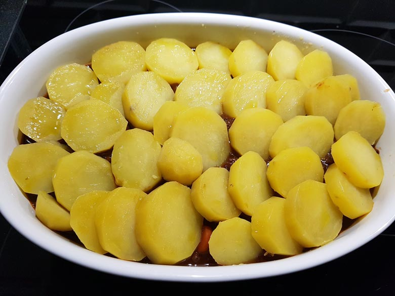Kartoffeln mit Öl bepinseln
