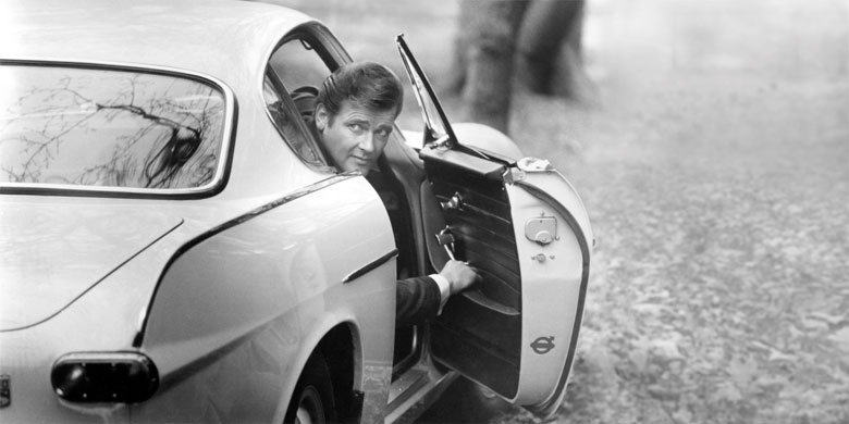 Roger Moore als Simon Templar mit seinem Volvo 1800 S