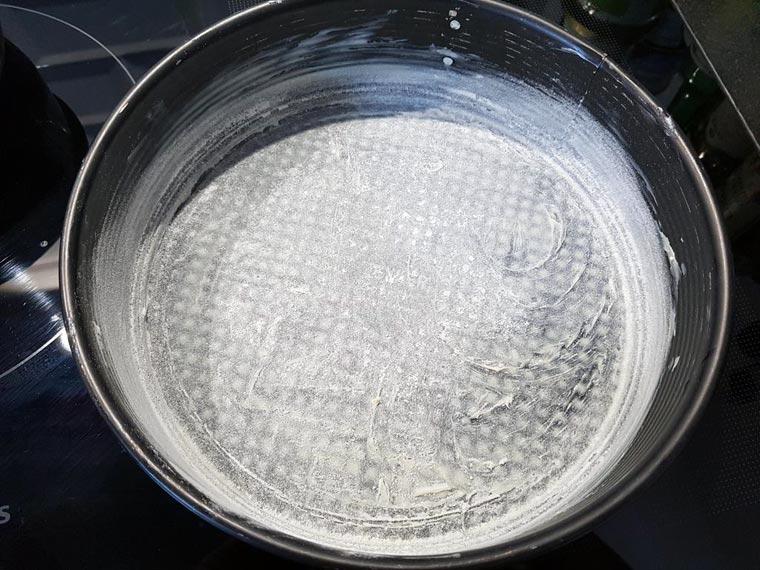Rezept:  Backform einfetten und mit Mehl bestäuben