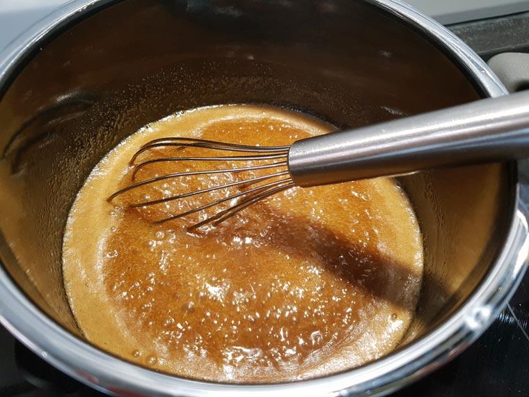 Sobald Karamell aufkocht auf mittlerer Hitze mit gelegentlichem Umrühren 25 Minuten etwa eindicken lassen