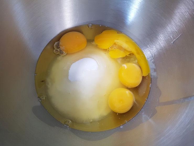Eier und Zucker schaumig schlagen