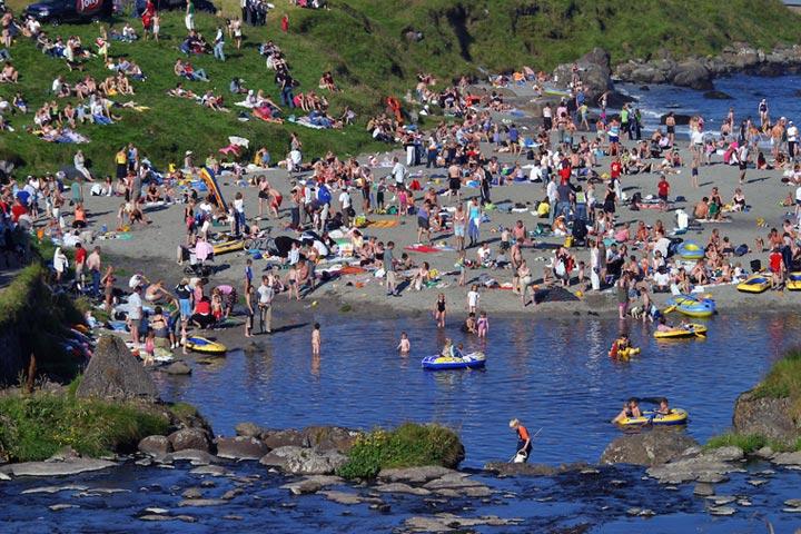 Familien am Strand von Torshavn
