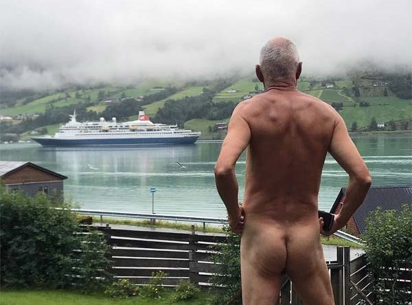 Mann protestiert nackt