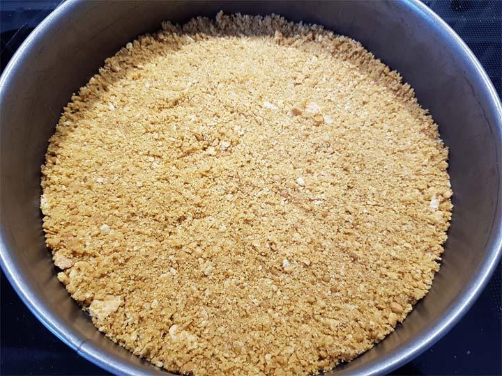 Keksboden in die Form drücken