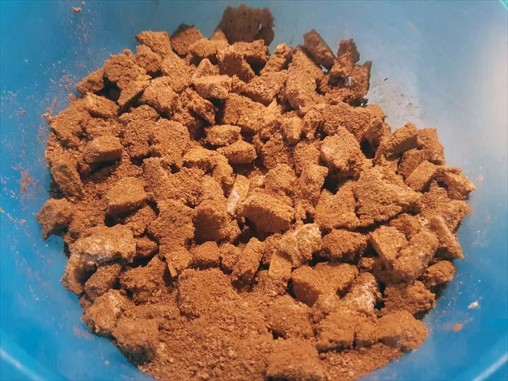 Mit Kakao und gemahlenen Haselnüssen vermischt