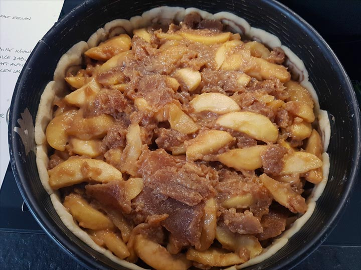 Apple pie  Äpfel mit Karamell einfüllen