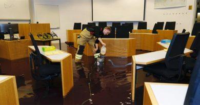 Rohrbruch richtet in Universität Island großen Schaden an