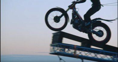 Estin springt mit Motorrad von Hochhaus zu Hochhaus – in 120 m Höhe (Video)
